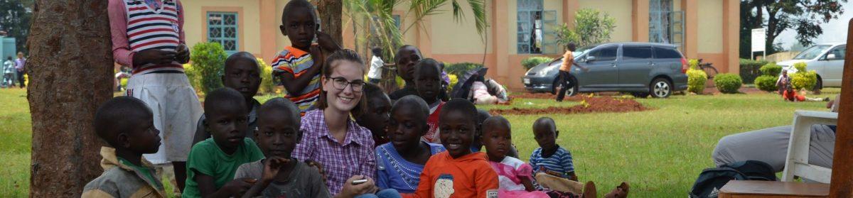 eine Betreuerin der HLA in einer Gruppe von afrikanischen Kindern