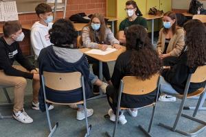 Schüler im Kreis am Tisch
